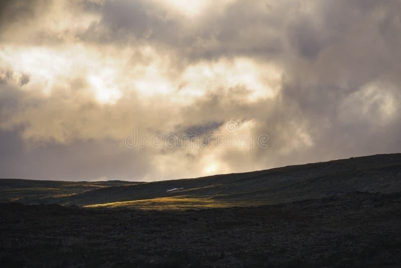 Goldenes helles Glänzen auf swedisch Berglandschaft Sarek stockfotos