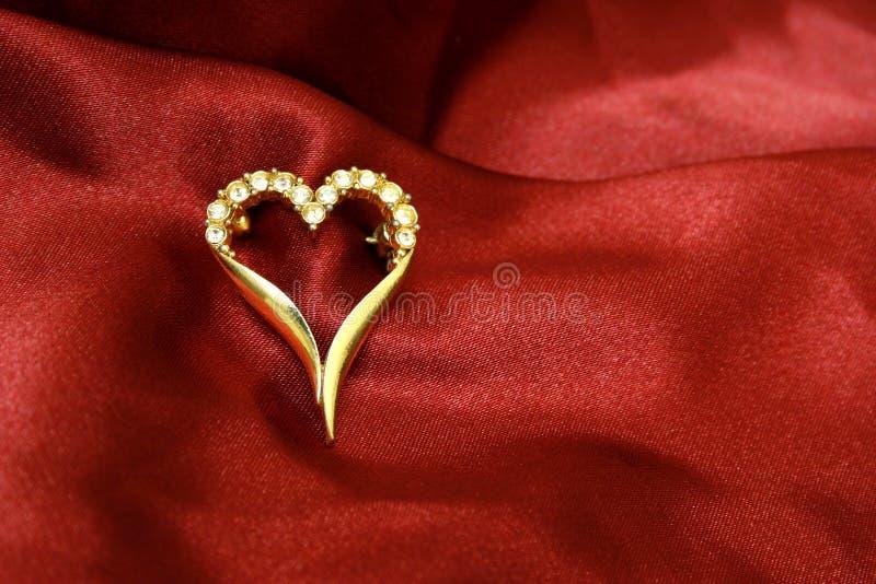 Goldenes Inneres der Schmucksachen auf roter Seide lizenzfreie stockbilder