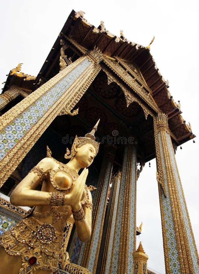 Goldenes Kinnaree, siamesisches Tempeläußeres stockfotos
