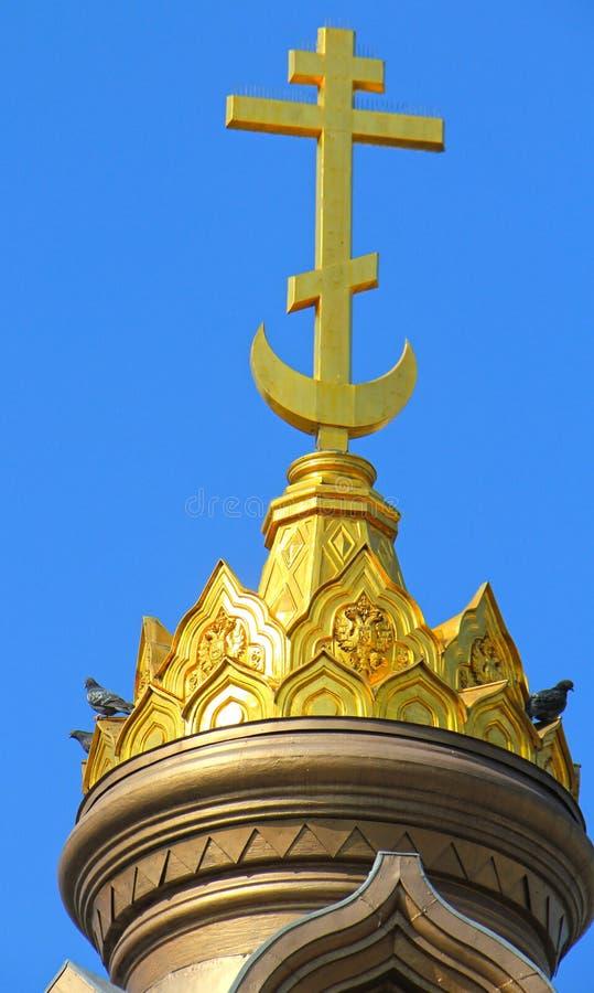 Goldenes Kreuz und Haube lizenzfreies stockfoto