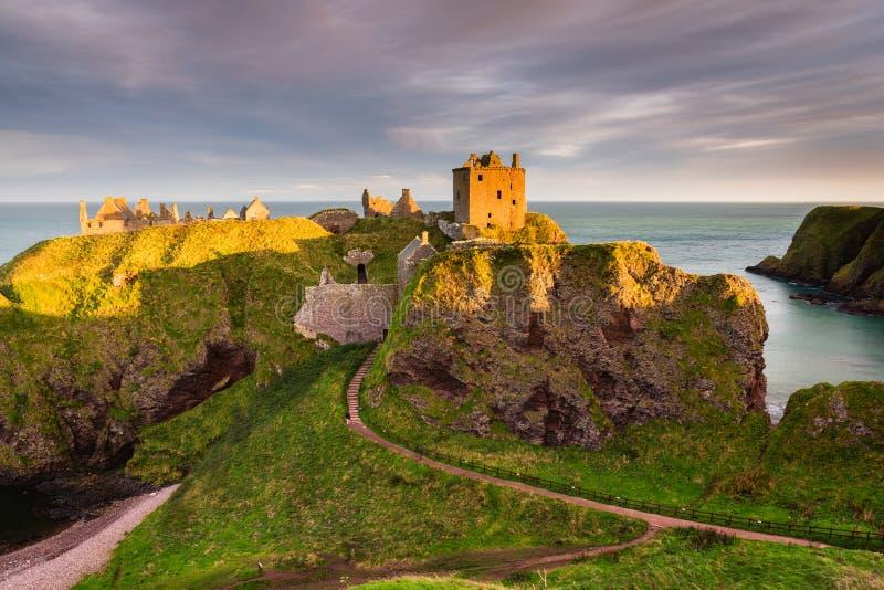 Goldenes Licht auf Dunnottar-Schloss stockfoto