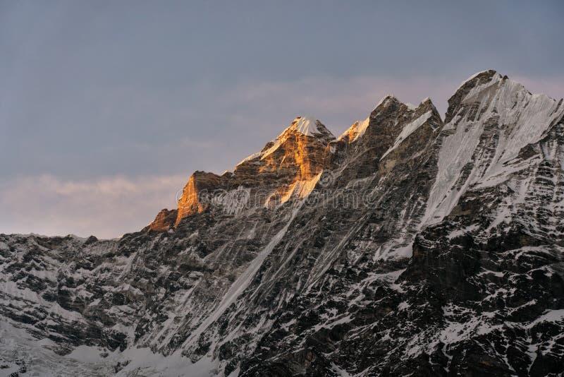 Goldenes Licht glänzt den Gipfel stockfoto