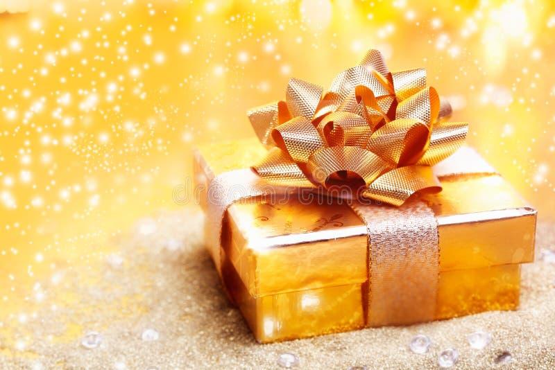 Goldenes Luxuxgeschenk lizenzfreies stockbild