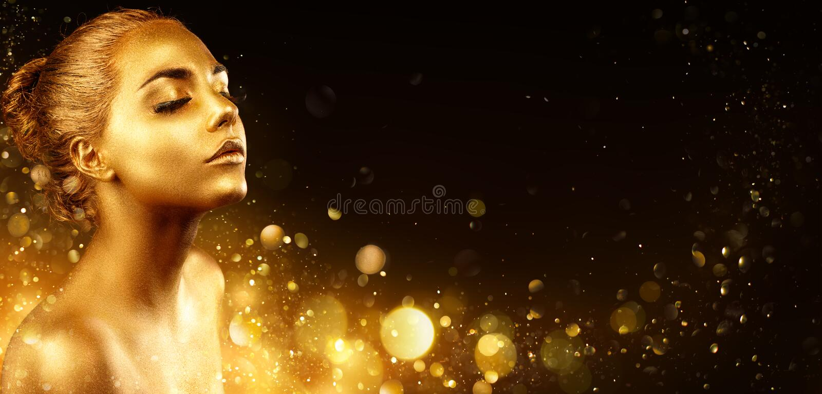 Goldenes Make-up - Mode-Modell-Portrait With Gold-Haut und Funkeln lizenzfreies stockbild