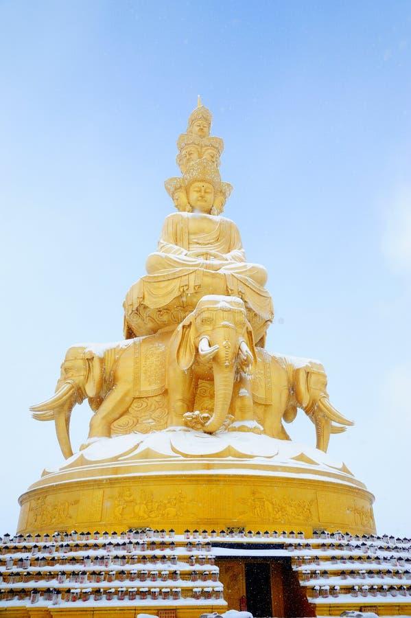 Goldenes Puxian Buddha am mt emei mit Schnee stockfoto