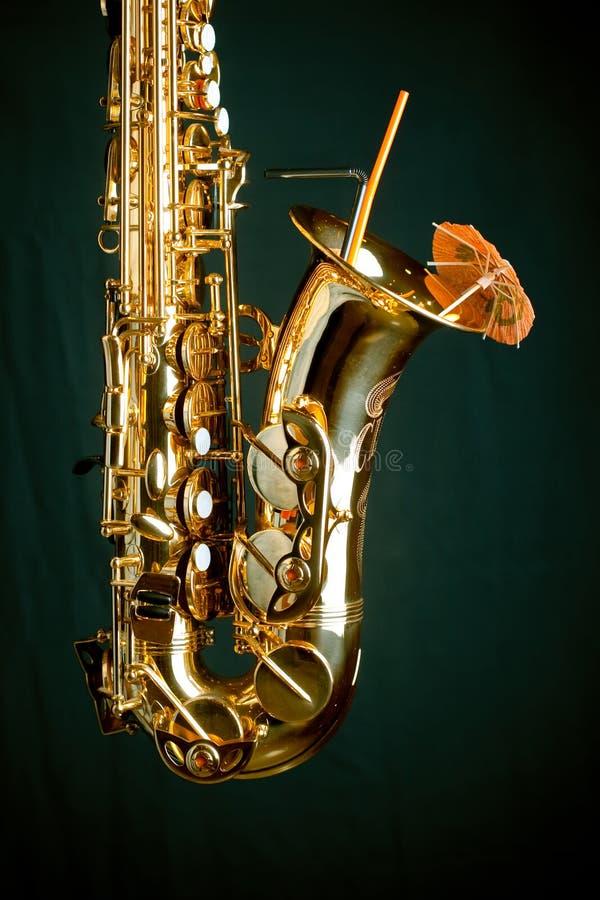 Goldenes Saxophon auf Grün lizenzfreie stockfotos