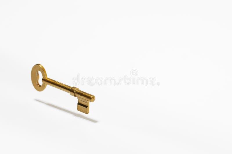 Goldenes Schlüsselschwimmen in die Luft lizenzfreie stockbilder