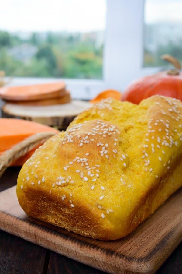 Goldenes selbst gemachtes frisch gebackenes Kürbisbrot mit Samen des indischen Sesams stockbild