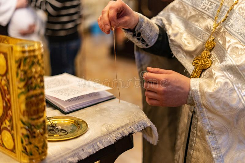Goldenes stilvolles Evangelium in der orthodoxen Kirche stockfoto