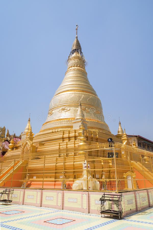 Goldenes stupa bei Sagaing in Mandalay stockfoto
