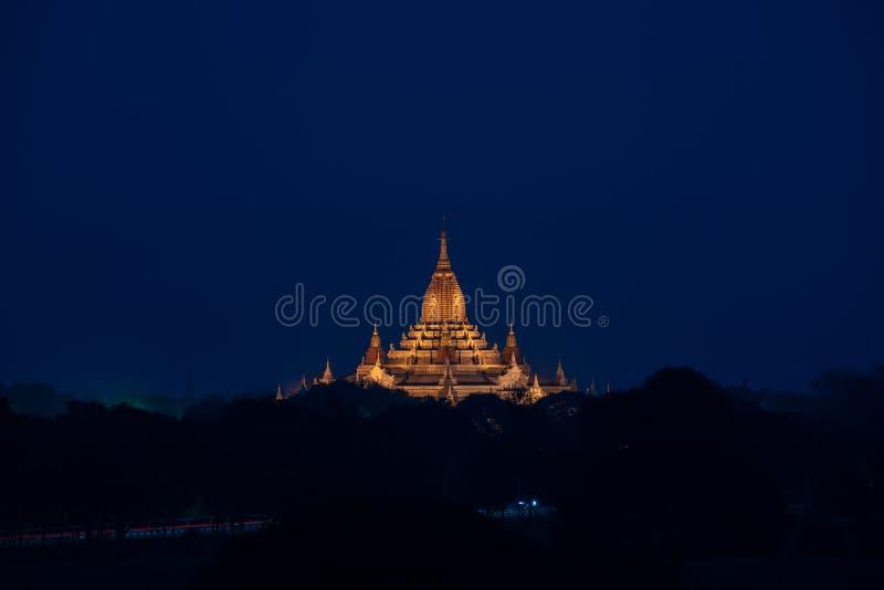 Goldenes stupa im Sonnenaufgang bei Bagan Mandalay lizenzfreie stockbilder