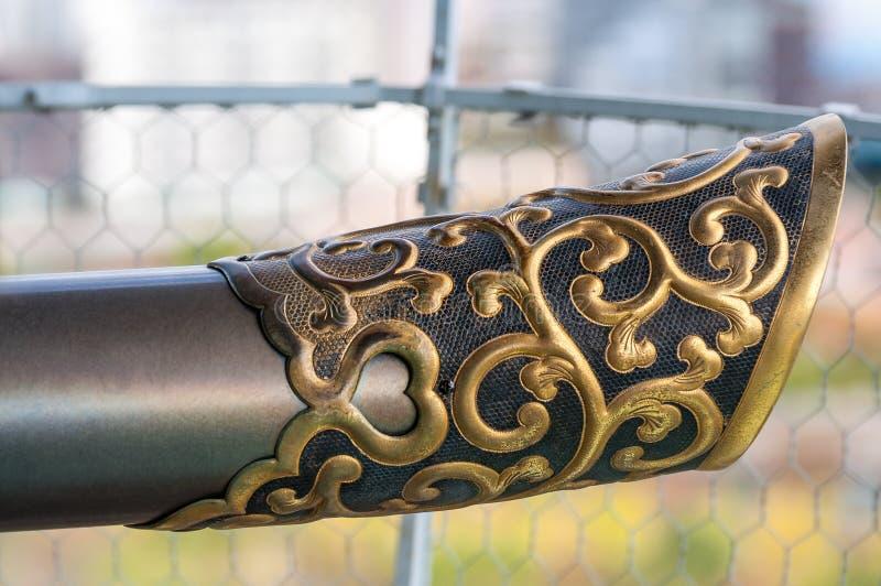 Goldenes Verzierungsdetail zu den historischen Gewehren bei Osaka Castle in Japan lizenzfreie stockbilder