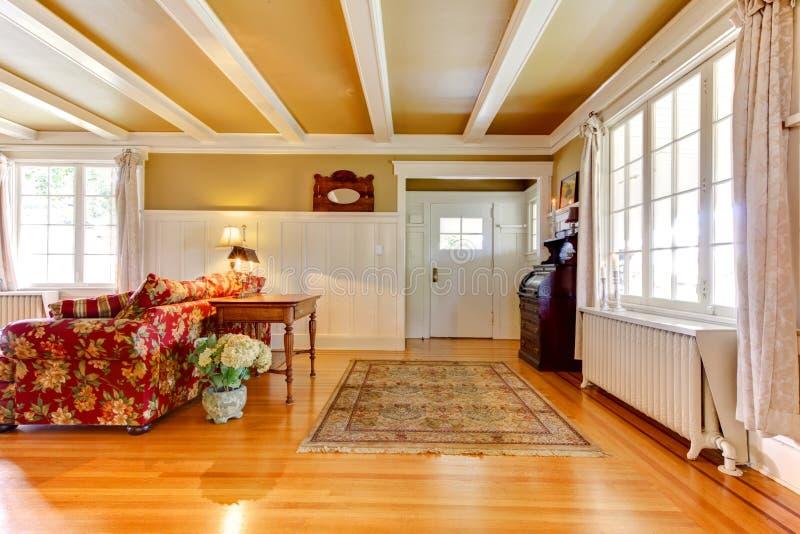 Goldenes Weiß des Wohnzimmers und Einstiegstür, lizenzfreie stockfotografie