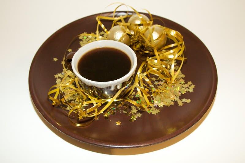 Goldenes Weihnachten mit Kaffeetasse lizenzfreie stockbilder