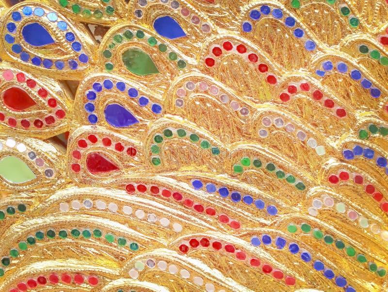 Goldfarbe mit mehrfarbigen Buntglasmustern masern Hintergrund im thailändischen Tempel lizenzfreies stockfoto
