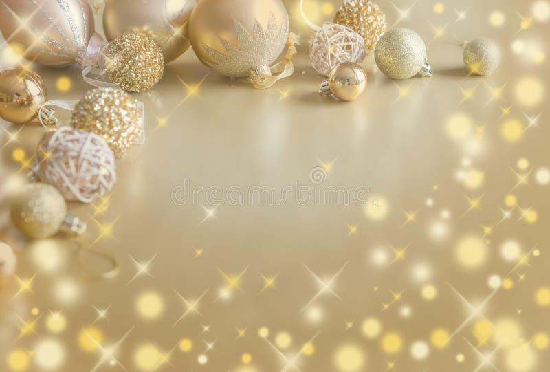 Goldfestlicher Weihnachtshintergrund Goldene Dekoration des Weihnachtsballs lizenzfreie stockbilder