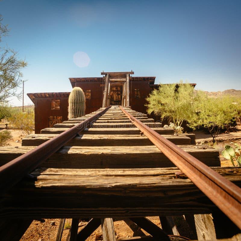 Goldfield kopalni złotej stary wejście kopalnia złota dyszel z poręczami prowadzi wśrodku, otaczający kaktusami zdjęcia stock