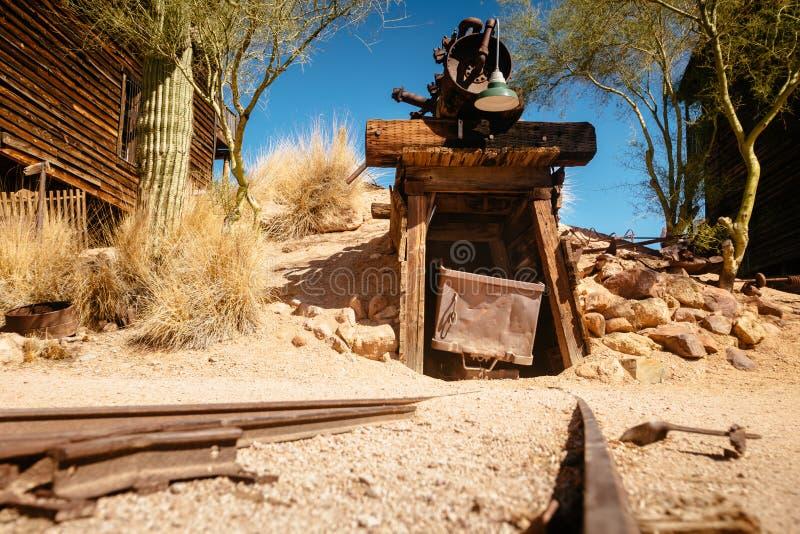 Goldfield kopalni złotej stary wejście kopalnia złota dyszel z tramwajem i poręczami prowadzi wśrodku, otaczający kaktusami zdjęcia stock