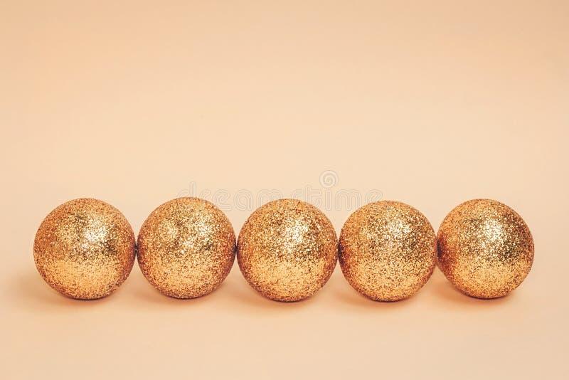 Goldfunkelnde Weihnachtsbälle gezeichnet gegen Pastellhintergrund Kopieren Sie Platz lizenzfreies stockfoto