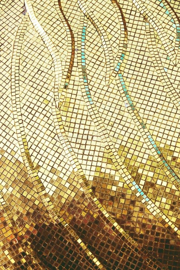 Goldgelbe quadratische Mosaikfliesen für Beschaffenheitshintergrund stockbild