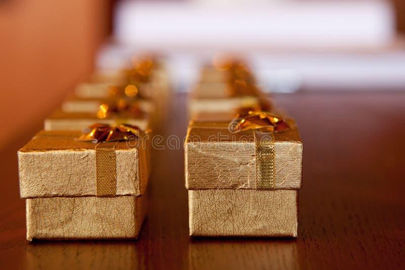 Goldgeschenk-Auszug lizenzfreie stockfotos