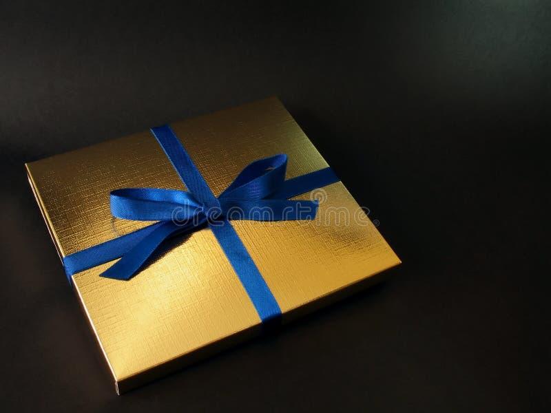 Goldgeschenkkasten - 2 lizenzfreie stockfotografie