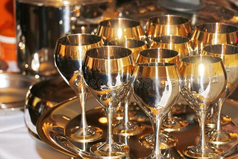 Goldgläser Stemware, teures festliches Geschirr lizenzfreie stockfotos