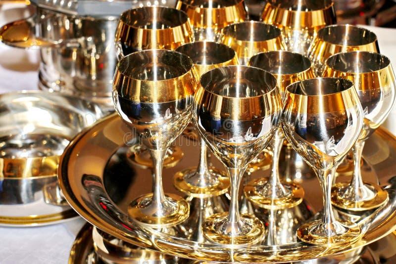 Goldgläser Stemware, teures festliches Geschirr lizenzfreies stockfoto