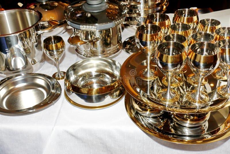 Goldgläser Stemware, teures festliches Geschirr lizenzfreie stockbilder