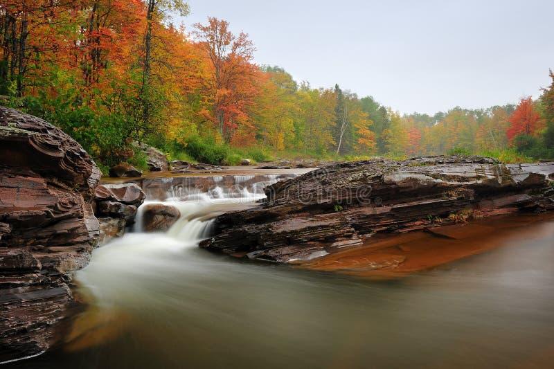 Goldgrube-Fälle - Michigan-Herbst-Wasserfall lizenzfreie stockfotografie
