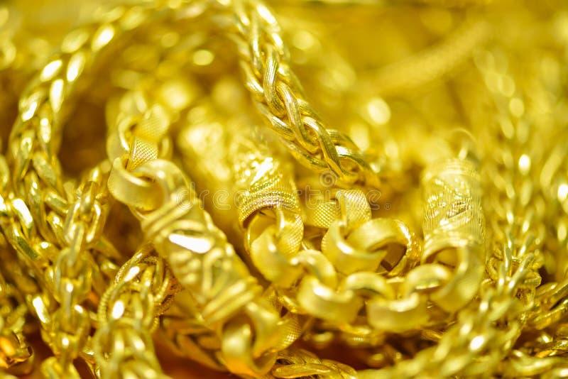 Goldhalsketten, Armbänder, Blured und bokeh stockfoto