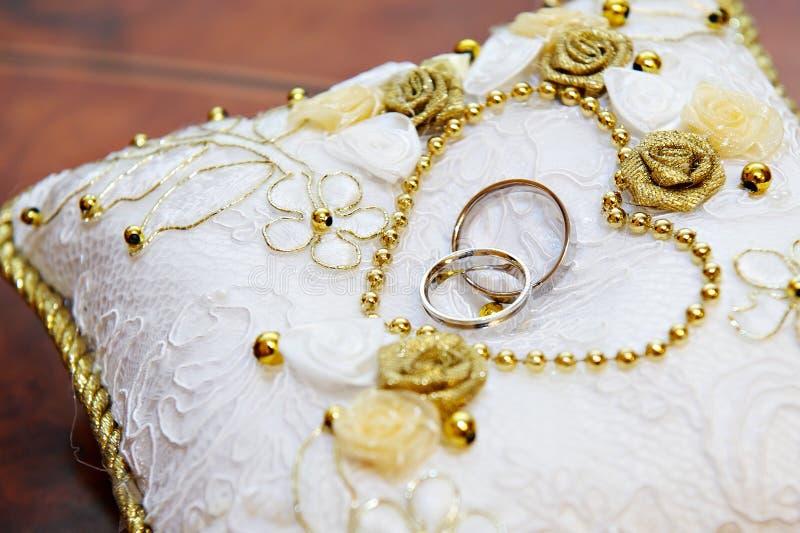 Goldhochzeitsring auf Kissen lizenzfreies stockbild