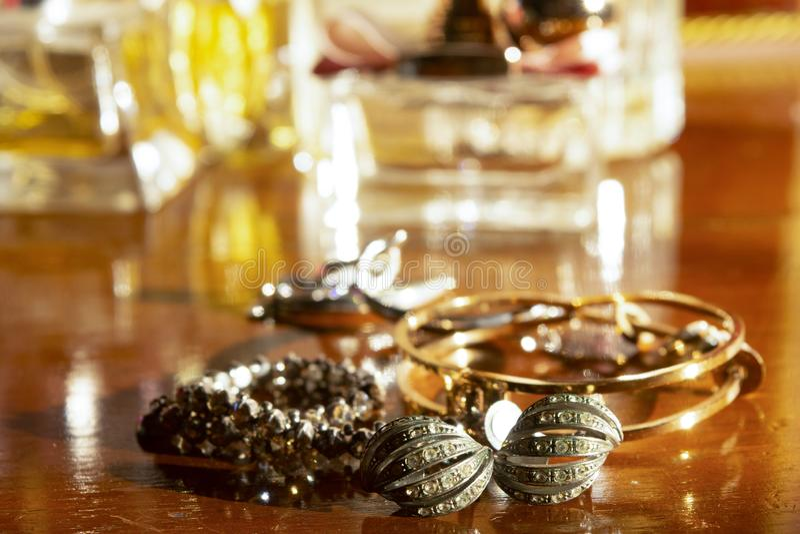 Goldjuwelen auf einer hölzernen Fläche stockbild