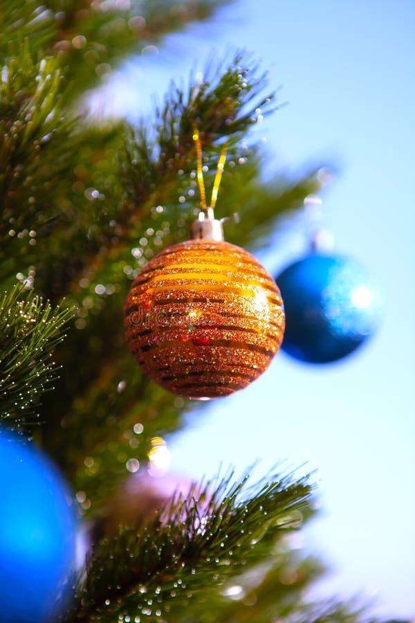 Goldkugel auf Baum des neuen Jahres lizenzfreie stockfotografie