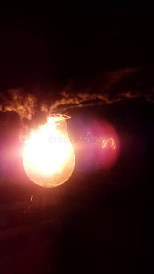 Goldlampe in der Dunkelheit lizenzfreies stockfoto