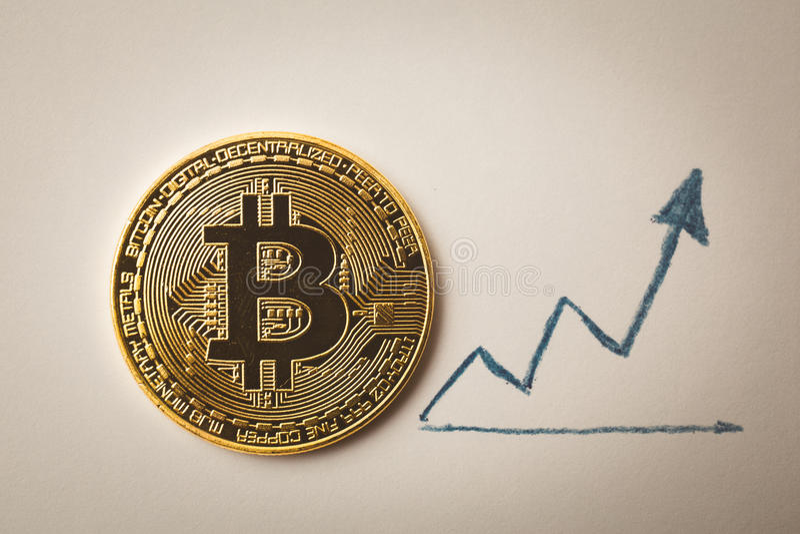 Goldmünze Bitcoin und hoher Pfeil lizenzfreies stockbild