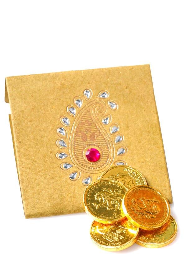 Goldmünzen auf Umschlag lizenzfreie stockbilder