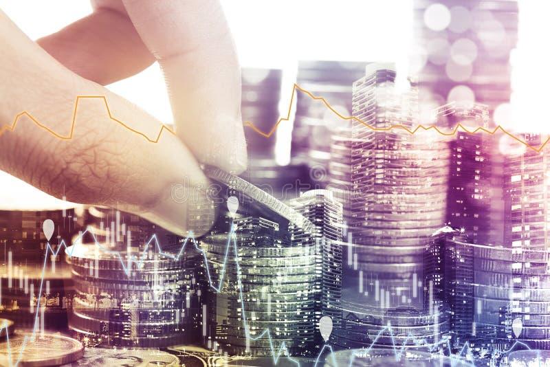 Goldmünzen Geld und Diagrammwirtschaft für Investitionsfinanzierung stockfotografie