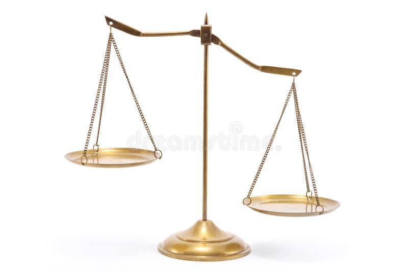 Goldmessingbalancenskala lizenzfreie stockfotos