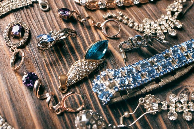 Goldohrringe und -armbänder mit kostbaren Edelsteinen stockfoto