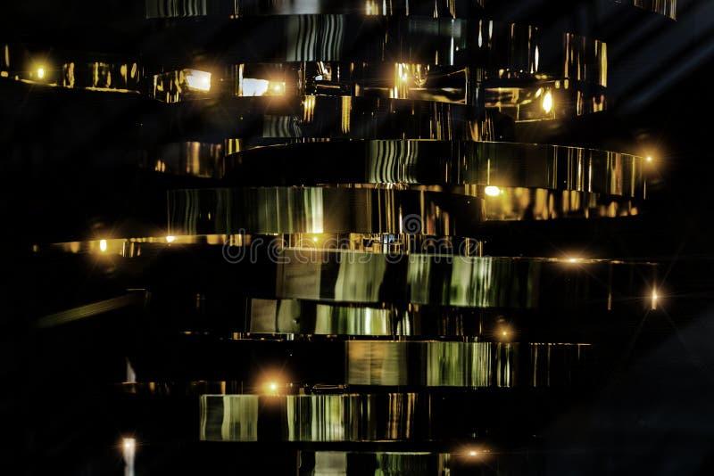 Goldplattenlinie für abstrakten Hintergrund in der Dunkelheit stockbilder