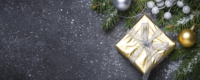 Goldpräsentkarton und -dekorationen auf schwarzem Steinhintergrund lizenzfreies stockbild