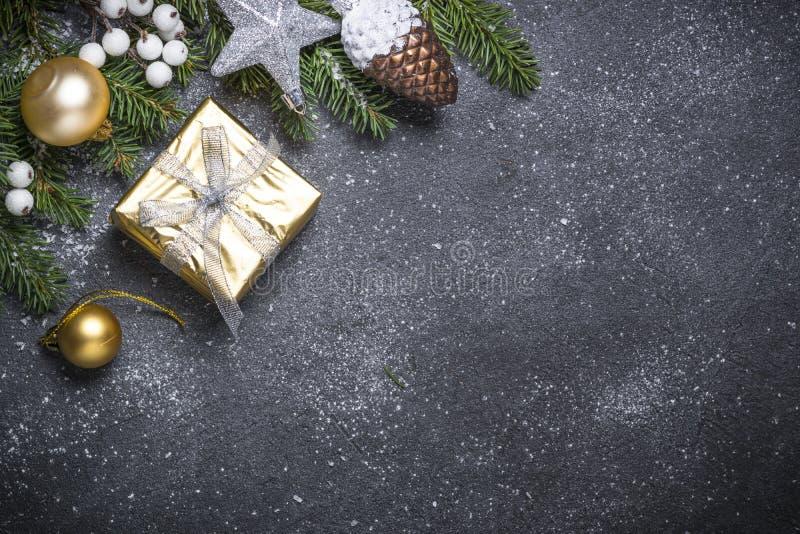 Goldpräsentkarton und -dekorationen auf schwarzem Steinhintergrund lizenzfreies stockfoto