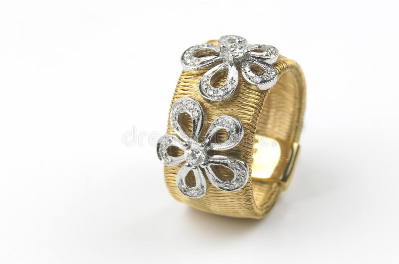 Goldring mit Diamanten stockbilder