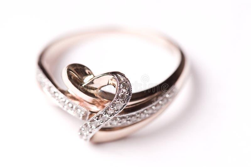 Goldring mit Diamanten stockbild