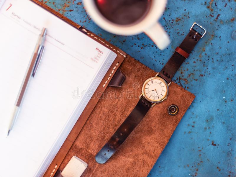 Goldsilver葡萄酒手表、咖啡和日志 免版税库存照片