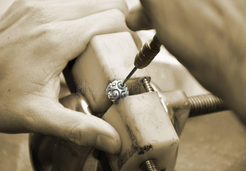 Goldsmith trabalhando, definindo anel de ouro com diamantes por terminar fotografia de stock royalty free