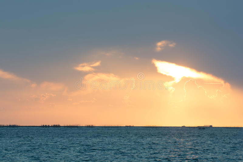 Goldsonnenuntergang des Sonnenlichts stockbilder