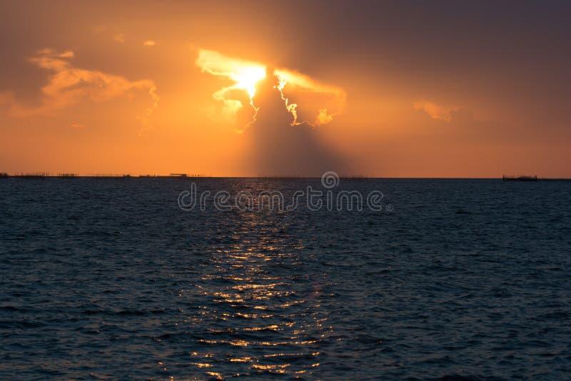 Goldsonnenuntergang des Sonnenlichts lizenzfreie stockfotografie