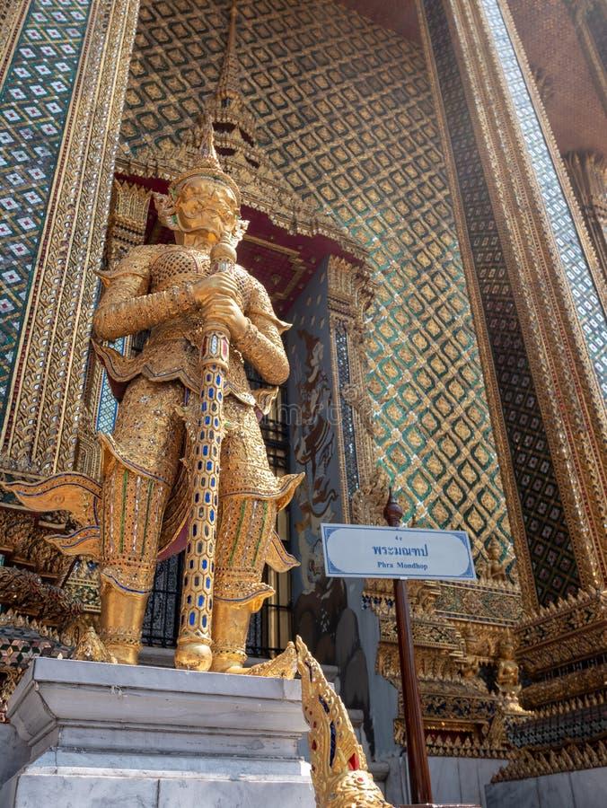 Goldstatue im königlichen Palast in Bangkok stockfotografie